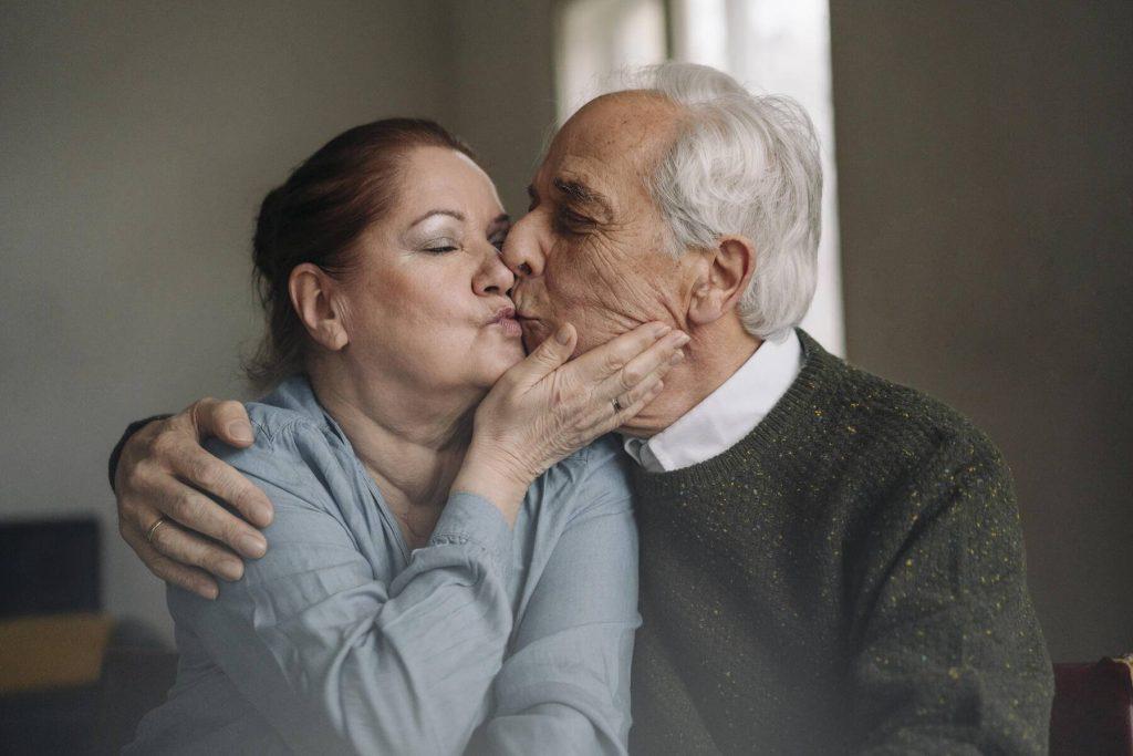 Senior couple kissing at home - GUSF02205