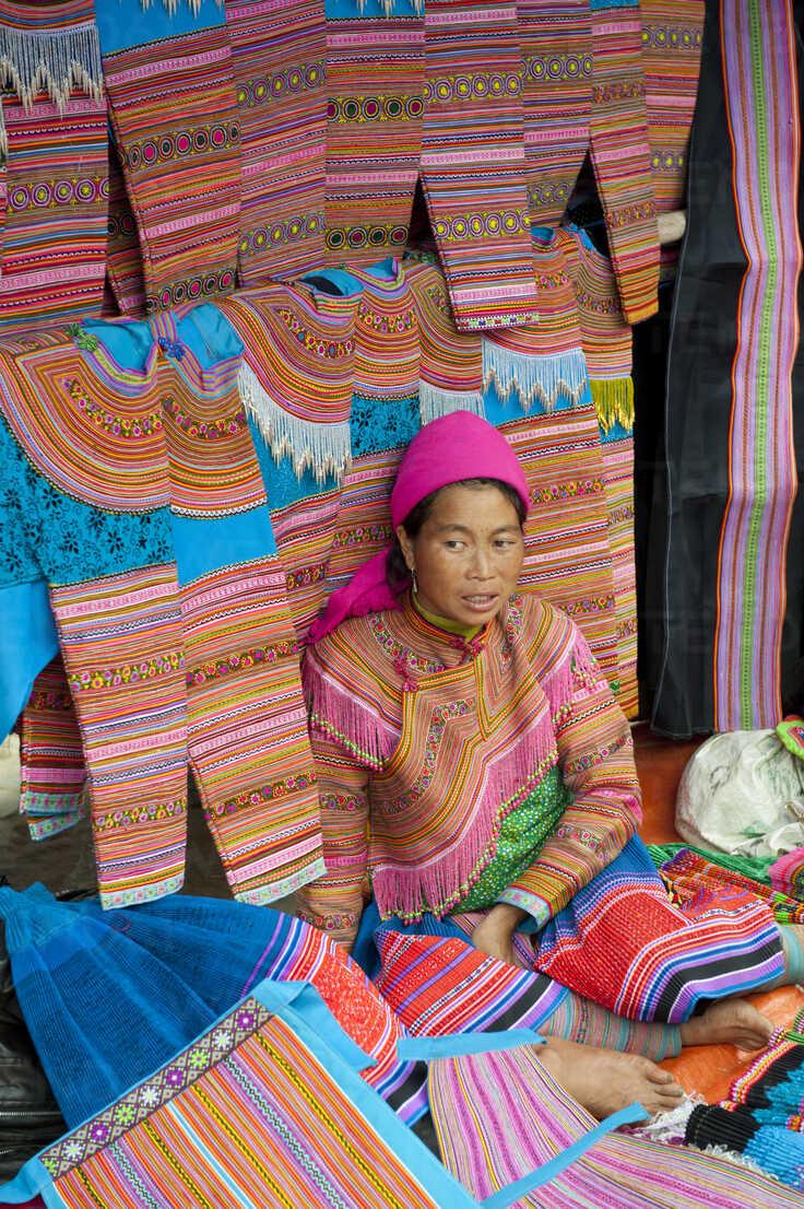 Vietnam Frau In Traditioneller Kleidung Auf Dem Sonntagsmarkt Stockfoto