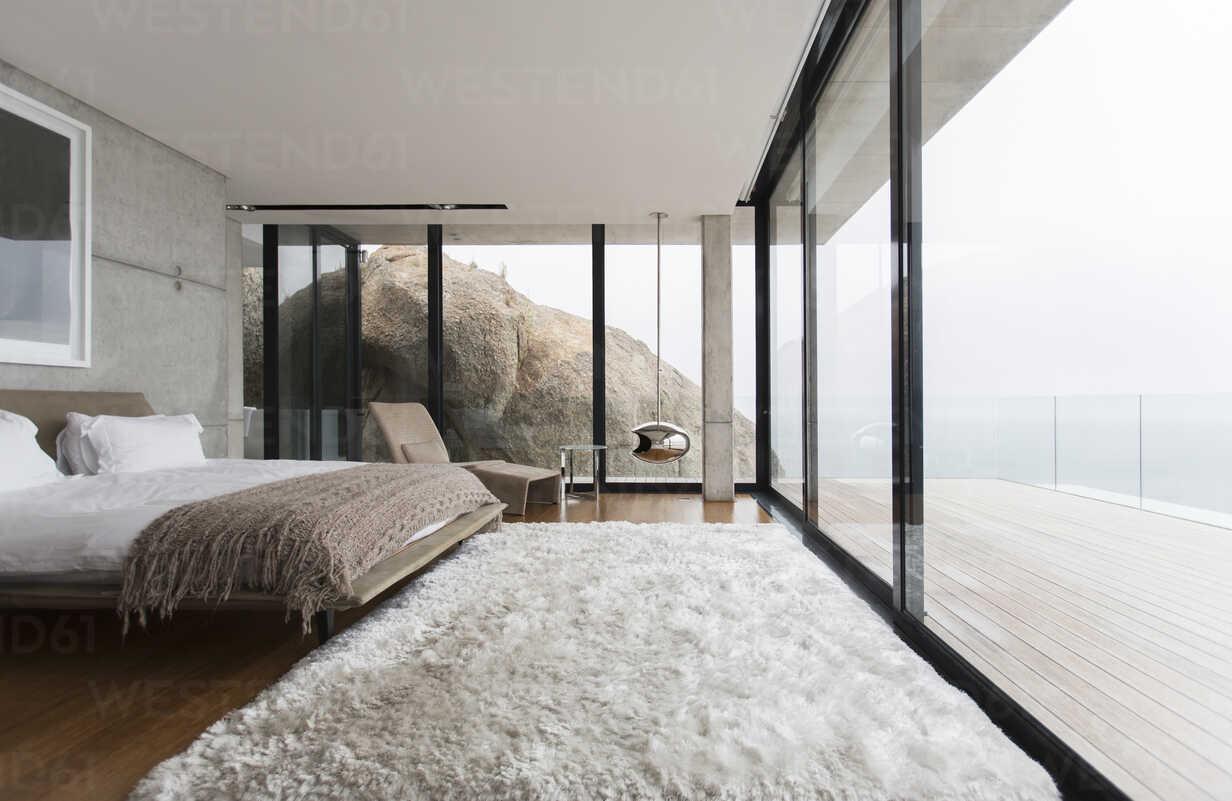 Shag rug and glass walls in modern bedroom, lizenzfreies Stockfoto