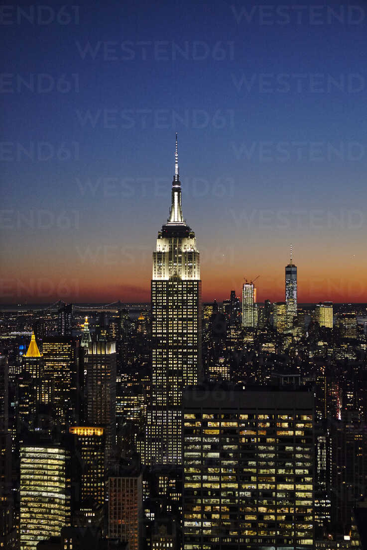 18+ Elevated view of Empire State Building at night, New York City ... Fotografie