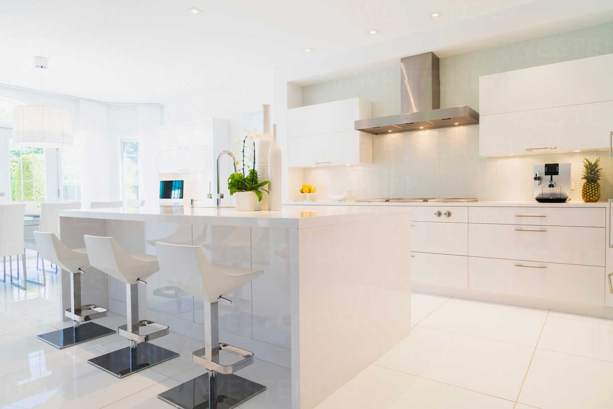 Modern kitchen with white Italian lacquered kitchen island and ...