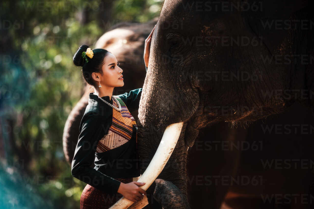 https://www.westend61.de/images/0001297256pw/thailand-beautiful-thai-woman-and-elephant-in-the-forest-weari-CAVF69959.jpg