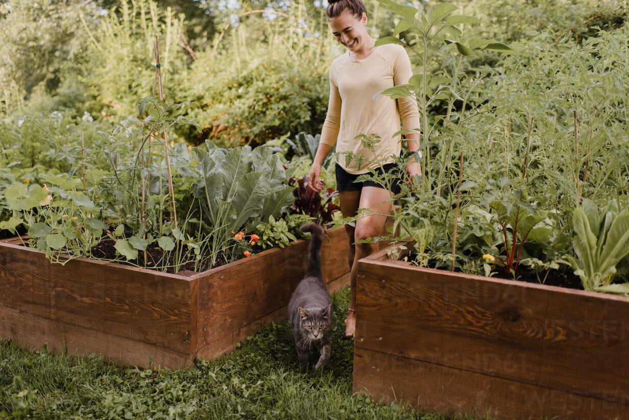 https://www.westend61.de/images/0001304507pw/woman-gardener-with-cat-in-garden-CUF54250.jpg