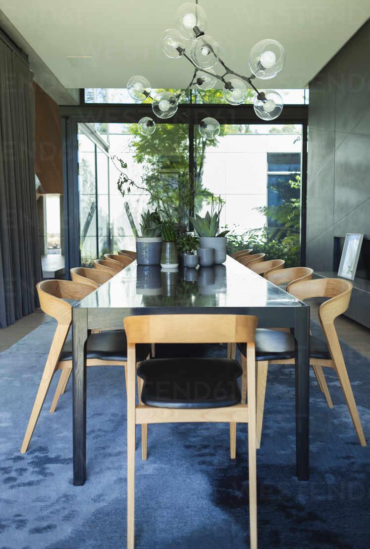 Mid century modern dining room table – Stockfoto