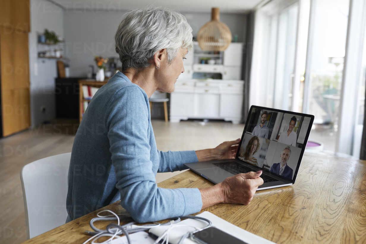 senior woman meeting 55 hozzon létre egy ingyenes társkereső, mint a facebook